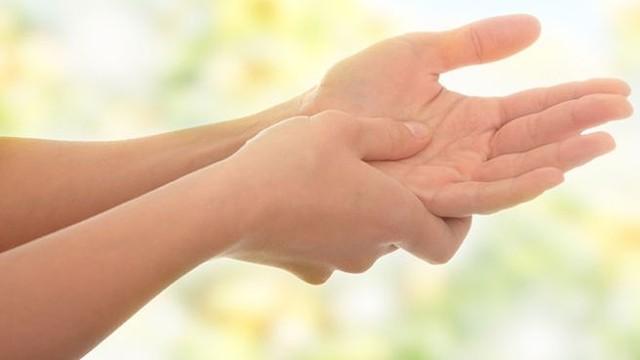 uykuda ellerin uyusmasi neden olur