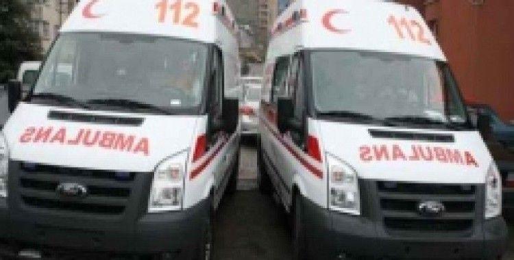 Otomobilin çarptığı kadın yerde ambulans bekledi