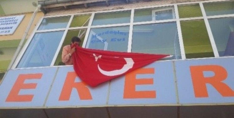 Suşehri'nde esnaf iş yerlerine Türk bayrağı astı