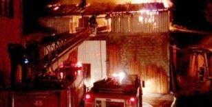 Düzce'de kereste atölyesi alev alev yandı