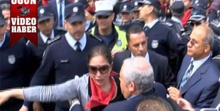 Eylemciyi polisin elinden Başbakan aldı