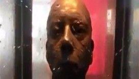 Bu heykelin gözlerine bakmayın !