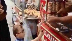 Sinirli çocuğun dondurmacıyla imtihanı