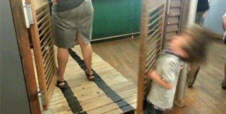 Sallanan kapı küçük çocuğu devirdi