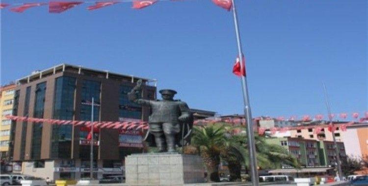 Rize'de bir grup, yas ilan ederek bayrakları yarıya indirdi