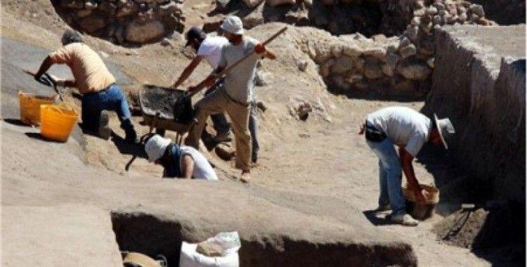 Beş bin yıllık bina çamurla sıvanarak korunuyor