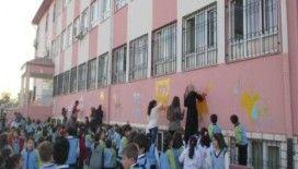 Elazığ'da eğitim gönüllüleri, çocuklarla duvar boyadı