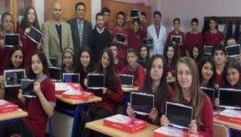 Alaşehir Fen Lisesi öğrencileri tabletlerine kavuştu