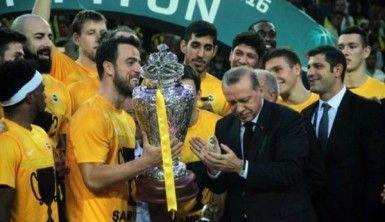 Cumhurbaşkanı Erdoğan kupayı böyle verdi
