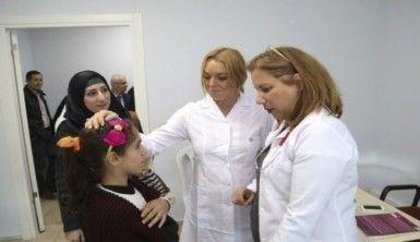 Lindsay Lohan mülteci çocuklara hediyeler verdi