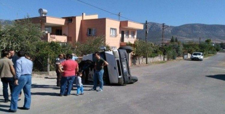 Öğrenci servisi ile cezaevi minibüsü kaza yaptı