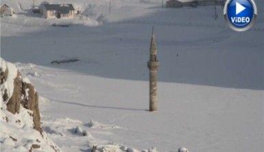 Buz tutan barajdaki minare ilgi çekiyor