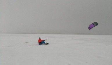 Donan Büyükçekmece Gölü'nde snowkite