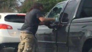 Aracın camını yumrukla kırdı