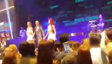 Serdar Ortaç konser sırasında fenalaştı