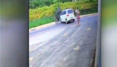 Otomobile çarpan motosikletli metrelerce havalandı