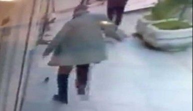 Fareyi tekmeyle kovalayan adam güvenlik kamerasında