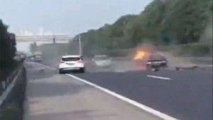 Cipin çarptığı otomobil alev aldı