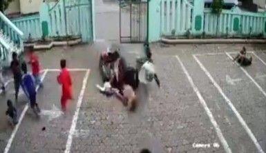Motosiklet okula daldı, 4 yaralı