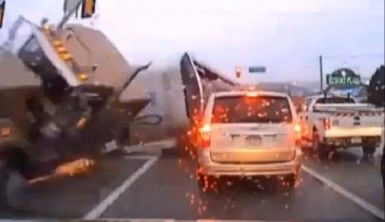 Kamyon araçların arasında böyle daldı