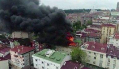 Halkalı'da binanın çatı katı alev alev yandı