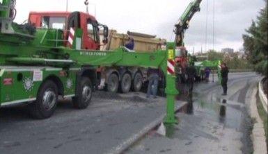 TEM'de hafriyat kamyonu devrildi, trafik durma noktasına geldi