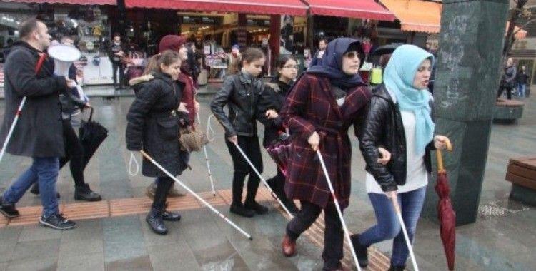 Antalya'da beyaz bastonlu bireyler farkındalık için yürüdü