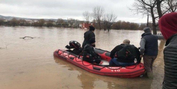 Sular altında kalan binadaki 4 köpek itfaiye tarafından kurtarıldı