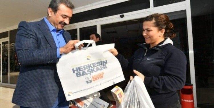 Başkan Çetin bez çanta dağıttı
