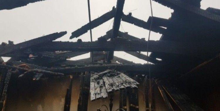 Çatı katında çıkan yangının alevleri gökyüzünü sardı