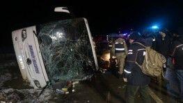 Yolcu otobüsü devrildi, 2 ölü, 35 yaralı