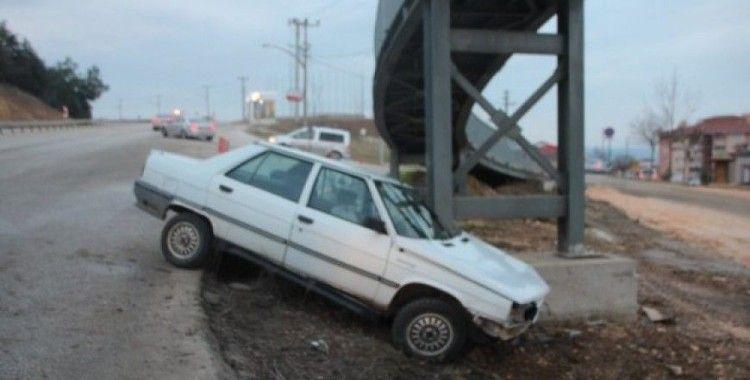 Kontrolden çıkan araç, üst geçidin ayağına çarparak durabildi, 1 yaralı