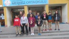 Merkez Ortaokulu yüzücüleri, madalyaları topladı