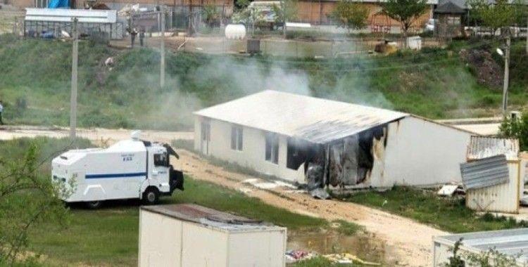 Barakada çıkan yangını TOMA söndürdü