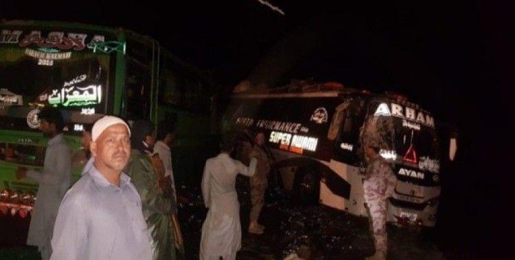 Pakistan'da otobüs park halindeki otobüslere çarptı: 5 ölü, 25 yaralı