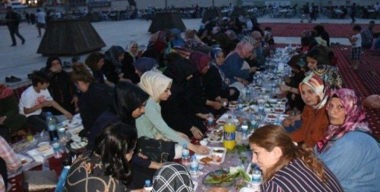 Şanlıurfalılar iftarını Rabia Meydanı'nda açıyor