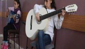 Minik eller piyano ve gitarla hayat buluyor