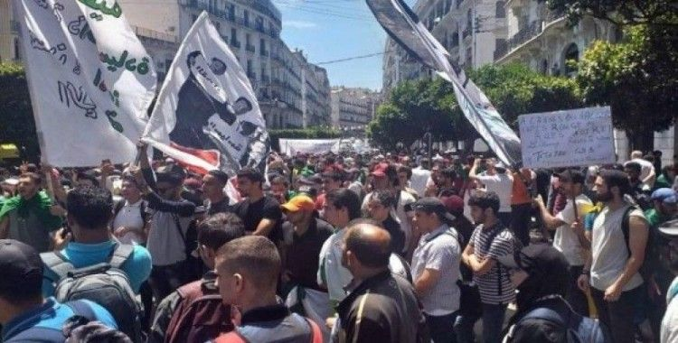 Cezayirli öğrenciler sokaklara döküldü