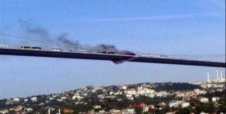Arabasını yaktı, köprüden aşağı atladı
