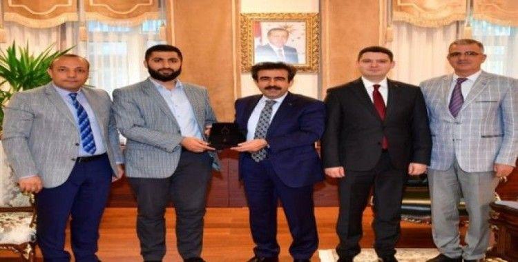 Vali Güzeloğlu, Gubari Hat Sanatçısı Ömer Faruk Tekin'i makamında kabul etti