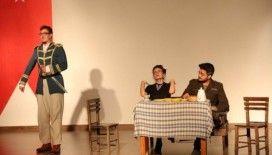AÜ'lü İngilizce öğretmen adaylarının tiyatro performansı beğenildi