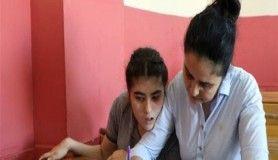 Engelli çocuğunu her gün kucağında okula götürüyor