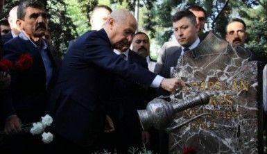 Bahçeli'den bayram sabahı Türkeş'in kabrine ziyaret