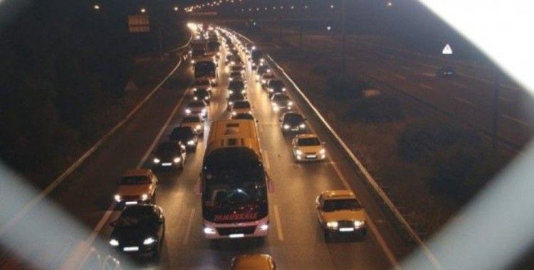 TEM Otoyolu  Düzce kesiminde gece saatlerinde trafik durarak ilerliyor
