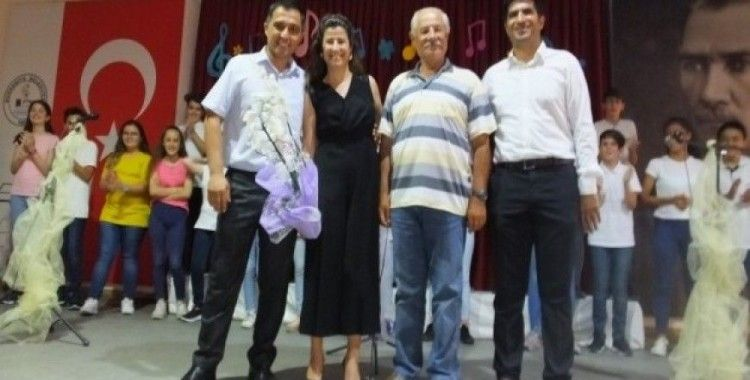 Burhaniye'de öğretmenler enstrüman çaldı öğrenciler türkü söyledi