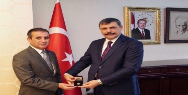 Kızılay'dan Vali Çiftçi'ye gümüş madalya