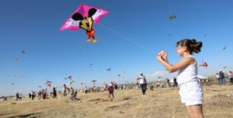 Çocuklar gökyüzünde uçan uçurtmalar kadar özgür
