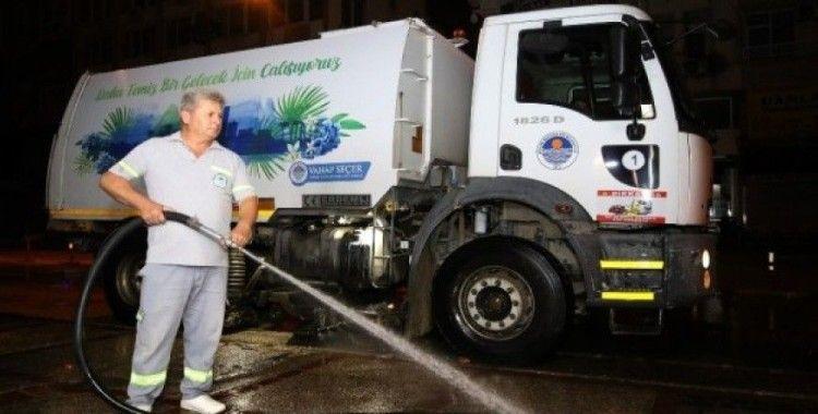 Belediye ekiplerinden gece temizliği