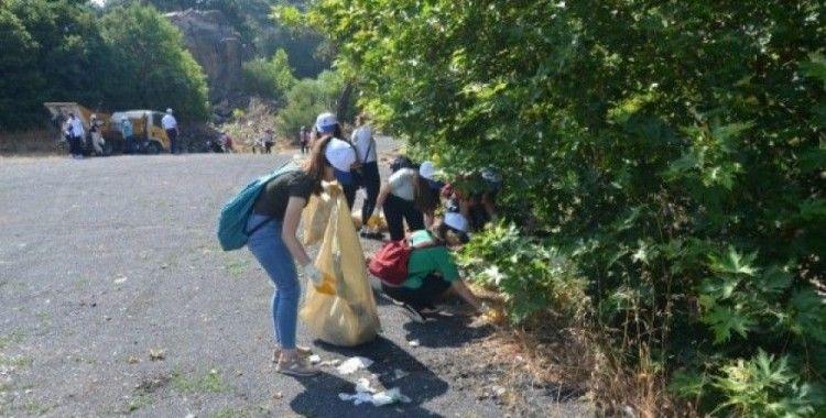 Türkmen Şelalesine bırakılan atıkları öğrenciler temizledi