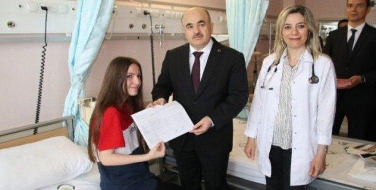 Karnesini hastanede Valinin elinden aldı